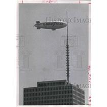 1972 Press Photo Goodyear Blimp over One Shell Plaza in Houston - hca23948