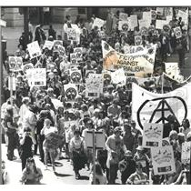 11984 Press Photo Peace Marchers Head Down Michigan Ave - RRV66243