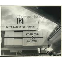 Press Photo Delta airlines jet and jetway - hcp00482