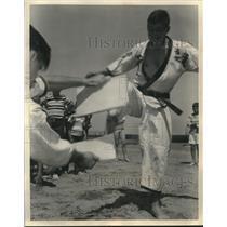 1964 Press Photo Corporal Glenn R Premru demonstrates karate kick USS De Soto
