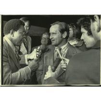 1973 Press Photo Miami Dolphins football head coach Don Shula talks to reporters
