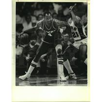 1986 Press Photo Sidney Moncrief (Bucks), Robertson (Spurs) play an NBA game