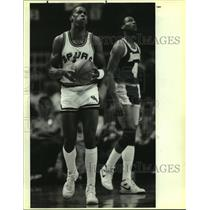 1986 Press Photo Alvin Robertson (Spurs), Byron Scott (Lakers) play an NBA game