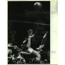 1987 Press Photo Alvin Robertson (Spurs), Bill Hanzlik (Nuggets) play NBA game