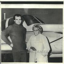 1975 Press Photo Aviatrix Marian Hart (83) with her flying instructor in Ireland