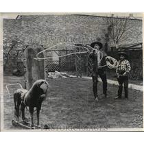 1956 Press Photo Captain Edward Gray gives grandson Roger a roping lesson