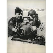 1938 Press Photo British photography instructor gives aerial tips to a student