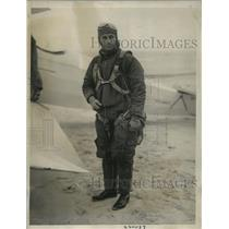 1933 Press Photo Lieut Larson to board plane for search for wrecked dirigible