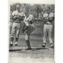 1964 Press Photo Casey Stengel showed two young hurlers proper way to windup.