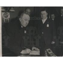 1918 Press Photo John J. Garrity chief of Police signin- RSA48871
