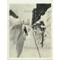 1888 Press Photo Dwarfed by snowdrift on Madison Avenue after New York blizzard