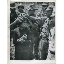 1962 Press Photo Soldiers capture girl accused of spying for the Communists