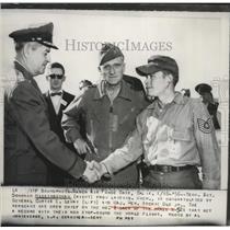 1957 Press Photo Donovan Higginbotham congratulated after setting flight record