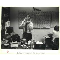 1981 Press Photo Tom Hooper on two calls at once on the same case. - mjp20581