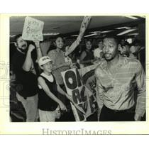 1990 Press Photo San Antonio Spurs basketball player Mike Mitchell and fans