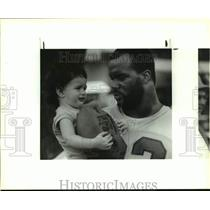 1990 Press Photo Houston Oilers linebacker Robert Lyles with fan Justin Hess