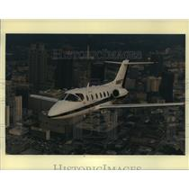 Press Photo The Beechjet 400A, a small twin-jet aircraft flies over Atlanta