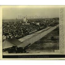 1935 Press Photo Crowd Witnesses Alton Sherman Roar Home Winner of Curtiss Race