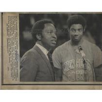 1974 Press Photo Eo Kolode & NBA Player Oscar Robertson- RSA51285
