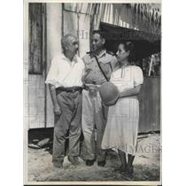 1943 Press Photo Pilot Bruno Raymond shown with his parents in the Makin Island