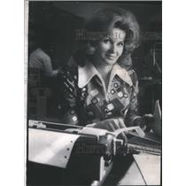 1973 Press Photo Investigator Barbara Gladden Victims Rare- RSA57841
