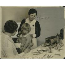 1932 Press Photo Milwaukee health officials giving diphtheria treatment to pupil