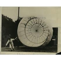 1927 Press Photo Aviator demonstrates new parachute invented by James R. Russell