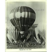 1979 Press Photo A large crowd gathers by multiple hot air balloons for a race