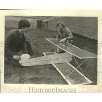1977 Press Photo Dan Callen & Carl Weis construct model plane, Albany, New York