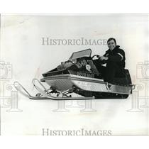 1970 Press Photo Green Bay Packers football's Doug Hart rides a snowmobile