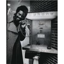 1973 Press Photo Milwaukee Bucks basketball's Lucius Allen makes call to wife
