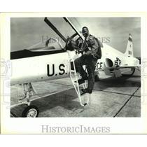 1993 Press Photo Kansas City Chiefs football player Derrick Thomas and USAF jet