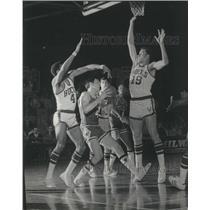 1969 Press Photo Bucks Dick Cunningham & Greg Smith block Chicago's Jerry Sloan