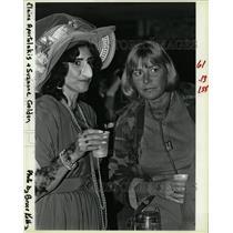 1985 Press Photo Elaine Apostolakis & Suzanne Golden - RRW19539