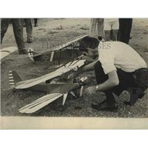 1971 Press Photo Jerry Murchison cleaning wings of one of his many biplanes