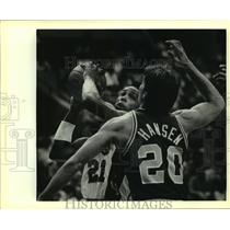 1985 Press Photo Spur Alvin Robertson and Jazz Bobby Hansen play NBA basketball