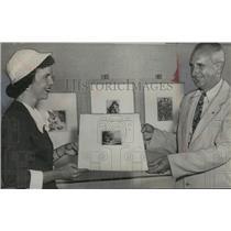 1952 Press Photo Junior League Leader Presents Artwork to Birmingham Museum