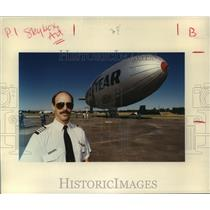 1991 Press Photo Goodyear Blimp pilot Mark Kynett of The Woodlands by blimp