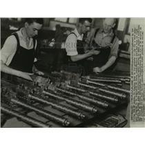 1938 Press Photo Workers in Australia manufacture anti-aircraft guns.