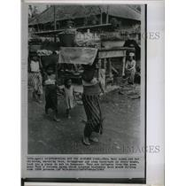 1963 Press Photo This Bali woman and her children - RRX73427