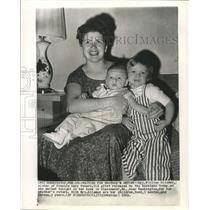 1962 Press Photo Mrs. William Hileman & children wait for her brother's return.