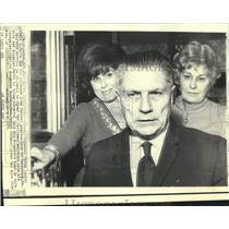 1971 Press Photo James Hoffa arrives at daughter Barbara's home for Christmas.