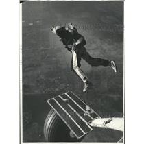 1979 Press Photo Skydiving instructor Bud O'Connor demonstrates how to jump