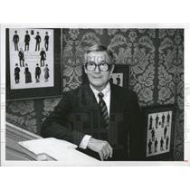 1982 Press Photo Hardy Amies Fashion designer - RRV19679