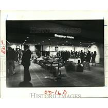 1981 Press Photo Passengers wait for baggage at Houston Intercontinental Airport