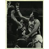 1984 Press Photo San Antonio Spurs basketball player Mark McNamara vs. Mavs