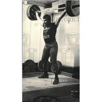 1986 Press Photo Weightlifter Gary Eigenberger demonstrates the snatch lift