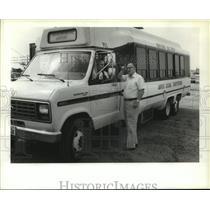 1987 Press Photo Man talks to airport shuttle bus driver at Houston IAH