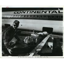 1990 Press Photo Donnie Harland unloads bags from plane at IAH airport, Houston