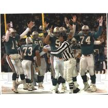 1993 Press Photo Miami Dolphins football players signal a score during a game